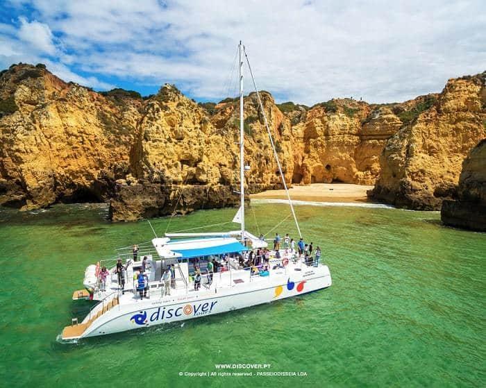 découvrez la mer à bord d'un catamaran près de Lagos plein de clients