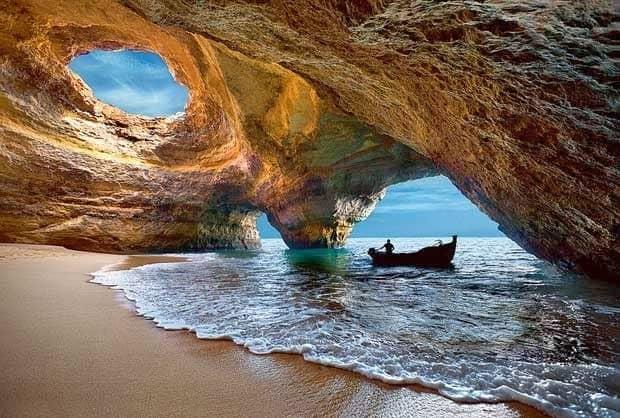 cueva de Benagil con una embarcación en una de sus entradas