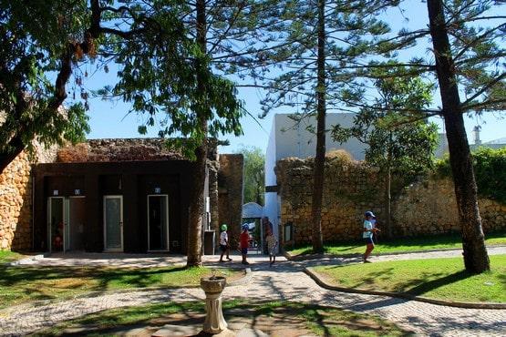 jardines del interior de las ruinas del castillo de Alvor