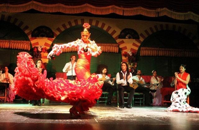 bailaoras y músicos flamencos en un espectáculo en Sevilla