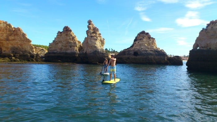 dos personas practicando Stand Up Paddle