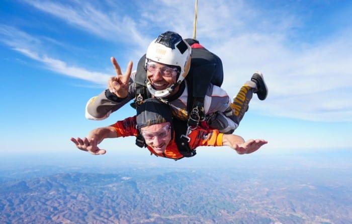 dos personas en tandem haciendo paracaidismo