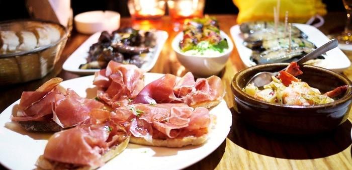 tapas variadas en restaurante de Sevilla