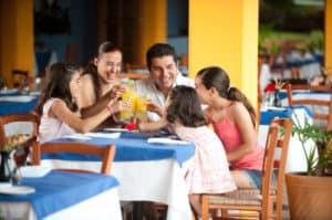 Une famille au restaurant