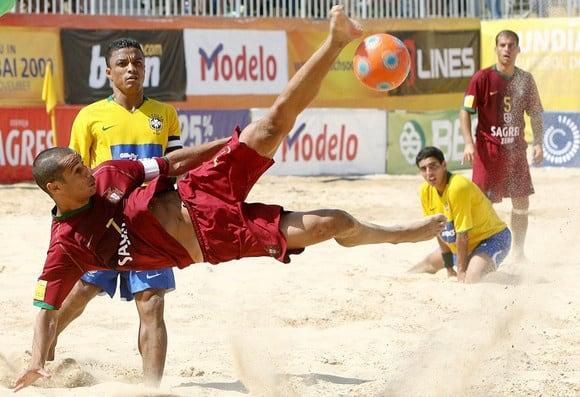 jugadores de fútbol playa en un partido
