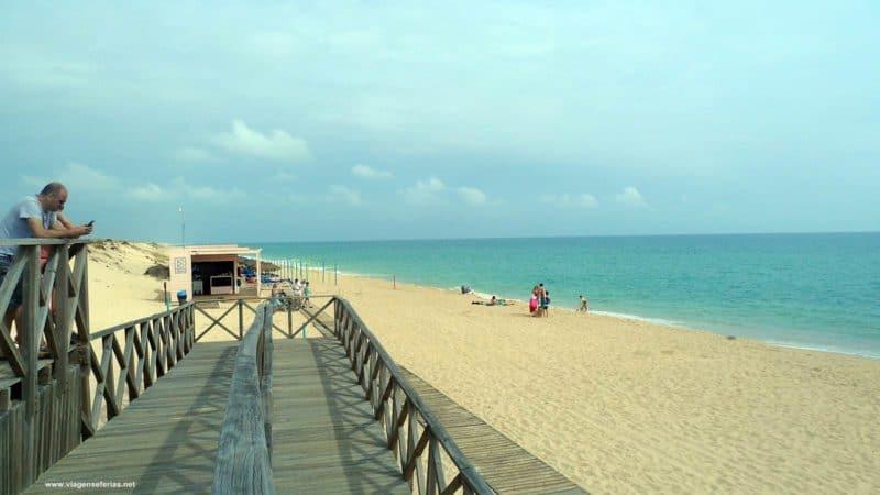 playa de Quinta do Lago con pasarelas de madera