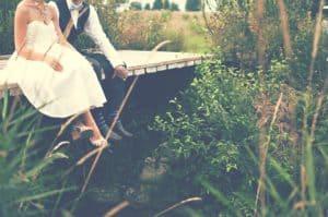 Casal de noivos sentados