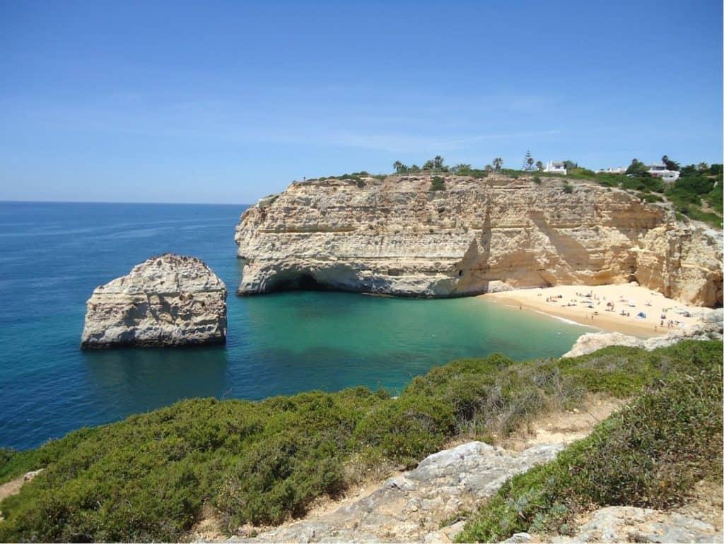 vista desde lejos de la Praia do Carvalho con la roca enfrente