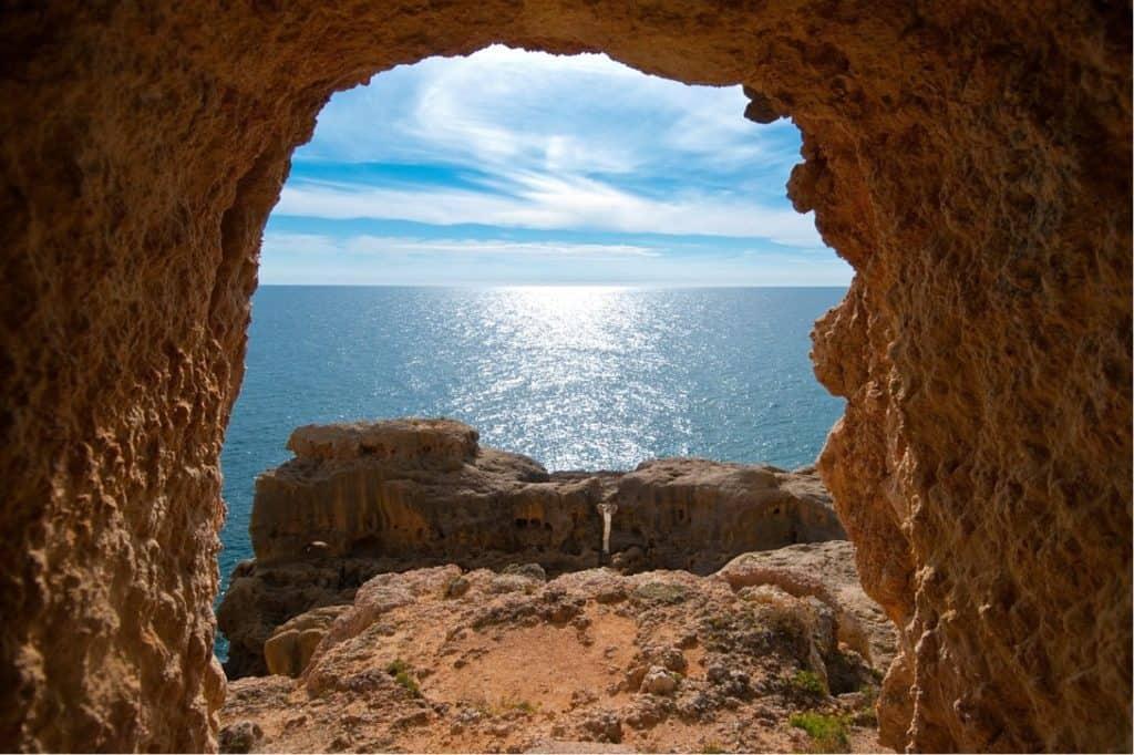 acceso a la Praia do Paraíso por la roca y vistas al mar de fondo