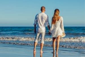 pareja paseando por la orilla del mar